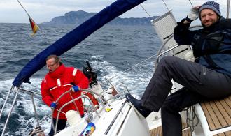 Starkwindsegeln macht Laune; die Segelyacht pflügt mit acht Knoten durch's Wasser der Adria