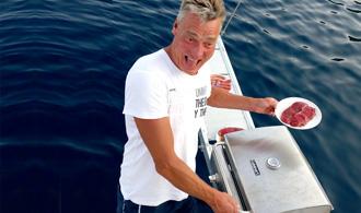 Das schmeckt der Crew: herzhaftes zaubert der Skipper auf dem Gasgrill im Heck der Segelyacht